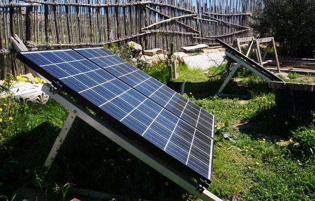 Les panneaux solaires alimentent la pompe du système aquaponique, entre autres